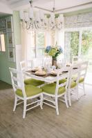 Dining room with apple and mint green colors